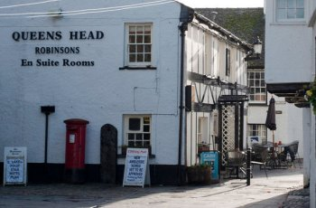 Queen's Head Inn and Restaurant Outside